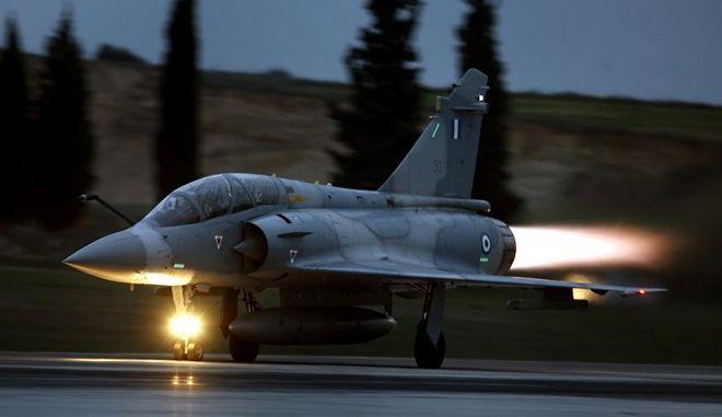 """Ένα Mirage 2000-5 """"σηκώνεται"""" από την Τανάγρα (AP Photo/Dimitri Messinis)"""