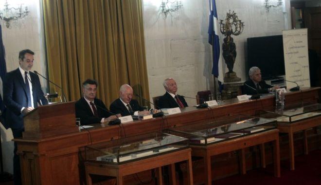 Παρουσιαστηκε σημερα το βιβλιο του πρ. Προεδρου της Κυπριακης Δημοκρατιας Γιωργου Βασιλειου --ΠΡΟΕΔΡΙΑ ΟΙΚΟΔΟΜΩΝΤΑΣ ΤΟ ΜΕΛΛΟΝ---Το βιβλιο το παρουσιασαν οι Κυρικαος Μητσοτκης  Τασος  Γιαννιτσης με συντονιστη τον Γιωργο Ρωμαιο ΣΤΗ ΦΩΤΟ(απο αριστερα)   ΚΥΡΙΑΚΟΣ ΜΗΤΣΟΤΑΚΗΣ-ΣΩΤΗΡΗΣ ΠΑΠΑΖΗΣΗΣ (εκδοτης)--ΓΙΩΡΓΟΣ ΒΑΣΙΛΕΙΟΥ- ΓΙΩΡΓΟΣ ΡΩΜΑΙΟΣ -ΤΑΣΟΣ ΓΙΑΝΝΙΤΣΗΣ      ΦΩΤΟ ΧΡΗΣΤΟΣ ΜΠΟΝΗΣ//EUROKINISSI