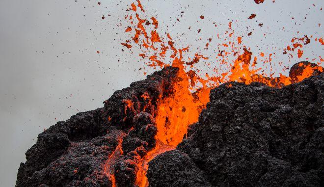 """Ισλανδία: Απίστευτες εικόνες από το ηφαίστειο με τη """"λάβα που χορεύει"""""""