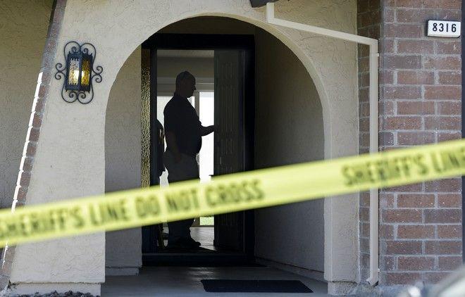 Oι αρχές έξω από το σπίτι του Joseph James DeAngelo (AP Photo/Rich Pedroncelli)