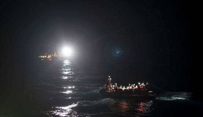 Πρόσφυγες και μετανάστες μεταφέρονται στην Ευρώπη