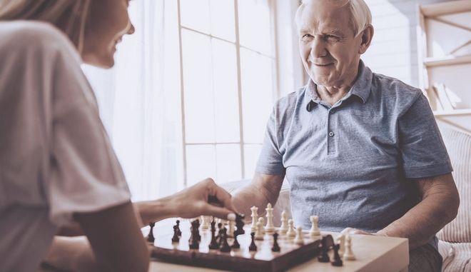 Ηλικιωμένος παίζει σκάκι.