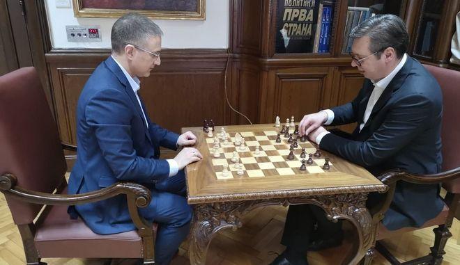 Ο πρόεδρος της Σερβίας Αλεξάνταρ Βούτσιτς παίζει σκάκι με τον ΥΠ.ΕΣ. Νέμποϊσα Στεφάνοβιτς