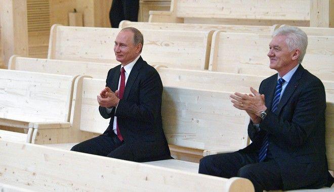 O Βλάντιμιρ Πούτιν με τον Γκενάδι Τίμτσενκο, τον Ιούνιο του 2017 στο θέατρο Mariinsky, έξω από την Αγία Πετρούπολη.