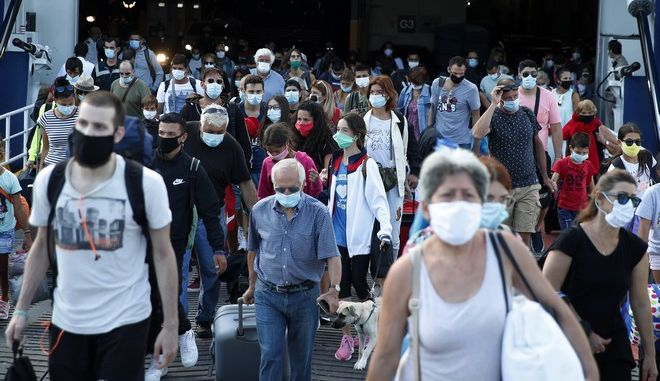 Τουρίστες φτάνουν στην Ελλάδα