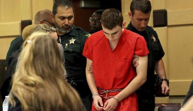 O δράστης του μακελειού στο λύκειο του Πάρκλαντ, Νίκολας Κρουζ, παρουσιάζεται στο δικαστήριο, 19 Φεβρουαρίου 2018