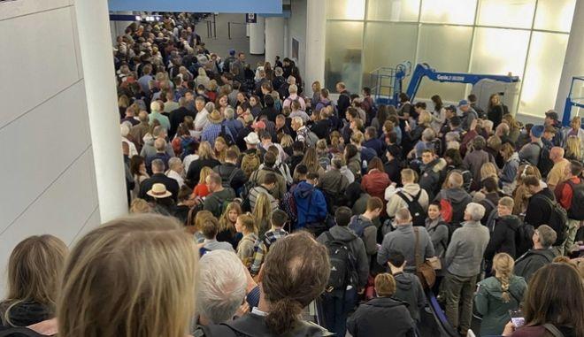 Ουρές χιλιομέτρων στα αεροδρόμια των ΗΠΑ λόγω κορονοϊού