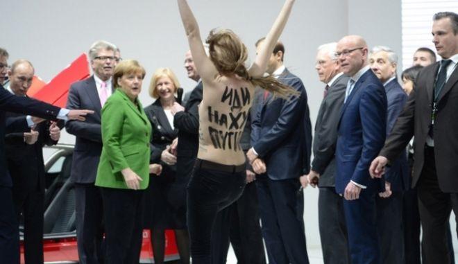 Γυμνή επίθεση σε Πούτιν και Μέρκελ