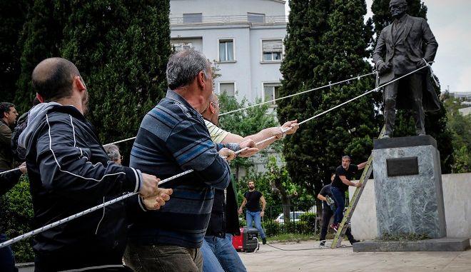 """Η """"επιχείρηση αποκαθήλωσης"""" του αγάλματος του Τρούμαν"""