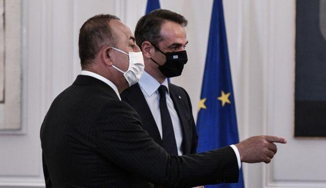 Ο πρωθυπουργός Κυριάκος Μητσοτάκης με τον υπουργό Εξωτερικών της Τουρκίας Μεβλούτ Τσαβούσογλου.