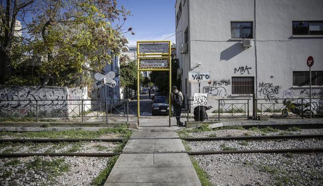 H σιδηροδρομική διάβαση στην συμβολή των οδών Κωνσταντινουπόλεως και Δαμβέργη στα Σεπόλια, όπου αμαξοστοιχία παρέσυρε και σκότωσε γυναίκα αγνώστων έως τώρα στοιχείων
