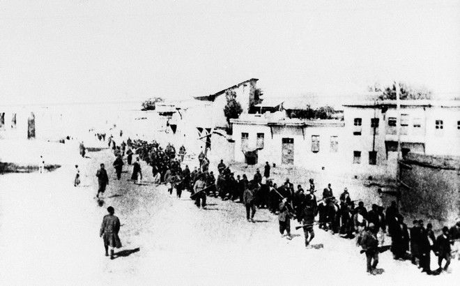 Εικόνα από την Τουρκία του 1915 με Αρμένιους να απομακρύνονται από τις οικίες τους