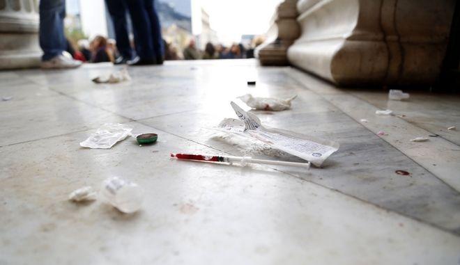 Χρησιμοποιημένη σύριγγα με υπολλείμματα ηρωΐνης στα Προπύλαια του Πανεπιστημίου την Δευτέρα 15 Δεκεμβρίου 2014. (EUROKINISSI/ΣΤΕΛΙΟΣ ΜΙΣΙΝΑΣ)