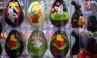 Πασχαλινά σοκολατένια αυγά σε βιτρίνα καταστήματος στην Αθήνα