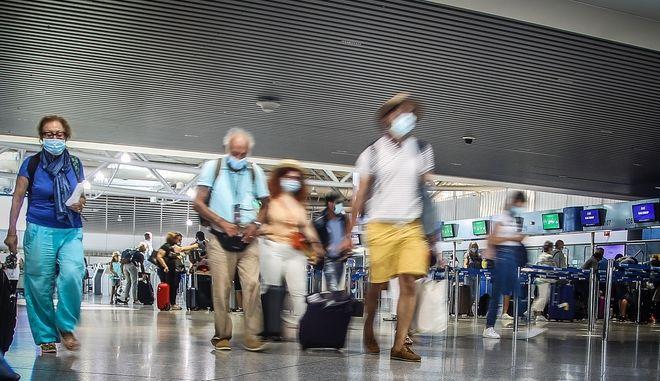 """Ταξιδιώτες στο αεροδρόμιο """"Ελ. Βενιζέλος"""""""