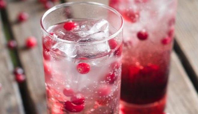 Ένα ποτήρι mocktail με κράνμπερι