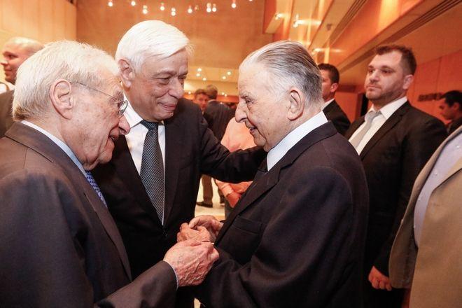 Ο Προκόπης Παυλόπουλος, ο Πέτρος Μολυβιάτης και ο Γιάννης Βαρβιτσιώτης κατά την παρουσίαση του βιβλίου του τελευταίου,
