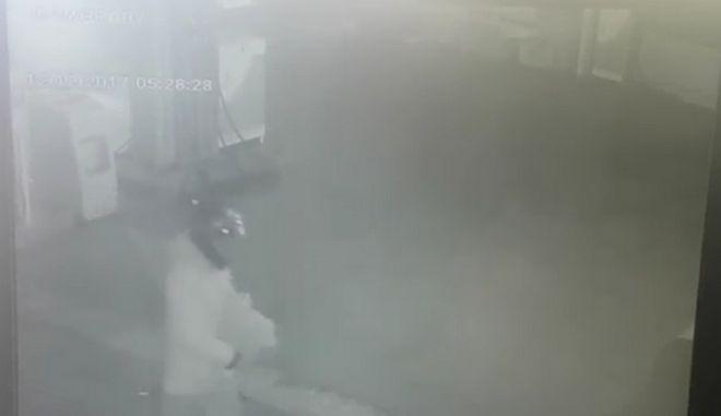 Βίντεο: H στιγμή που οι δράστες τοποθετούν τα εκρηκτικά στο βενζινάδικο στην Ανάβυσσο