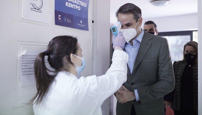 Τη διαδικασία εμβολιασμού της ομάδας ασθενών με νοσήματα πολύ υψηλού κινδύνου παρακολούθησε ο Κυριάκος Μητσοτάκης στο Κέντρο Υγείας Αγίας Παρασκευής.