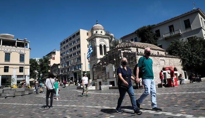 Κόσμος στην Πλατεία Μοναστηρακίου.