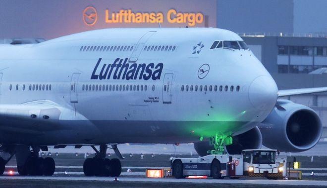 Ένα Lufthansa Boeing 747 στο αεροδρόμιο της Φρανκφούρτης