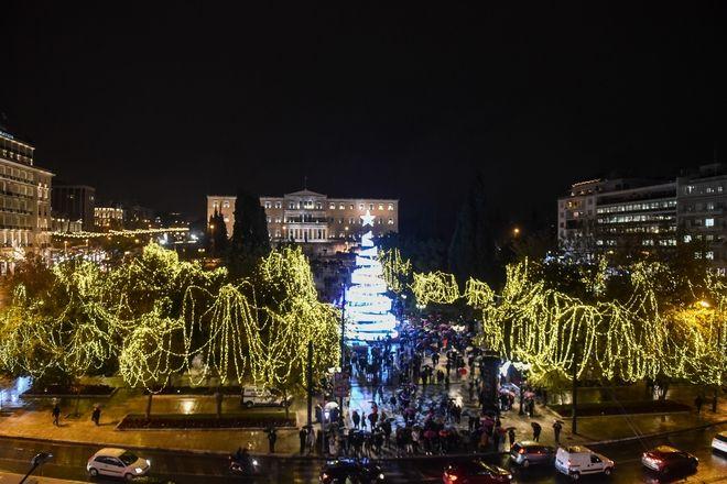 Άναψαν τα λαμπάκια του χριστουγεννιάτικου δέντρου στη πλατεία Συντάγματος