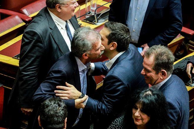 Ψήφος εμπιστοσύνης, τα συγχαρητήρια στον Τσίπρα. Στην φωτό Τσίπρας, Δανέλλης και Κοτζιάς