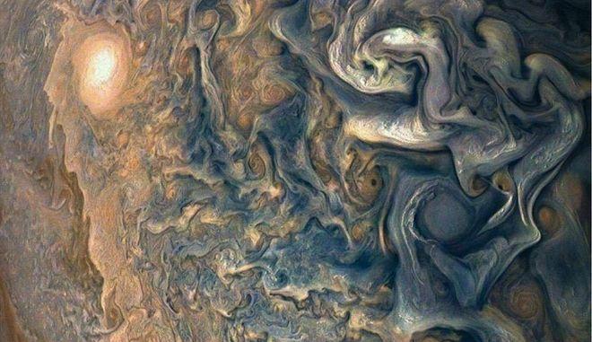 Νέες φωτογραφίες από τον πλανήτη Δία θυμίζουν έργα Τέχνης