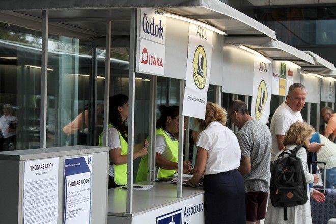 Τουρίστες στο αεροδρόμιο του Ηρακλείου μετά την αναγγελία της χρεοκοπίας του ταξιδιωτικού γραφείου Thomas Cook.