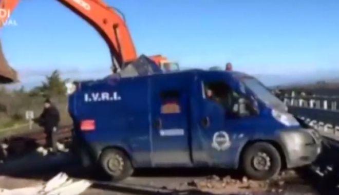 Άνοιξαν με εκσκαφείς βαν εταιρίας σεκιούριτι για να το ληστέψουν στη νότια Ιταλία