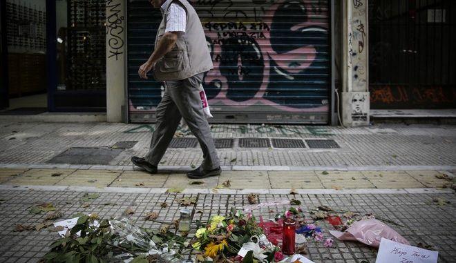 Λουλούδια έξω από το κοσμηματοπωλείο στην οδό Γλάδστωνος, όπου σκοτώθηκε ο Ζακ Κωστόπουλος