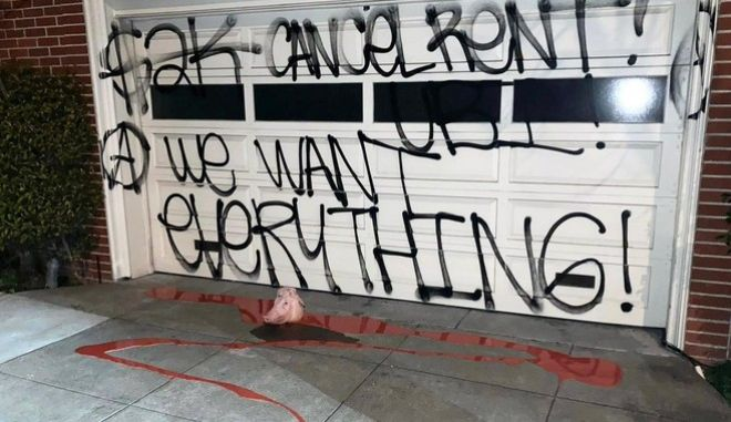 ΗΠΑ: Βανδαλισμός στο σπίτι της Νάνσι Πελόζι- Συνθήματα και... ένα κεφάλι γουρουνιού στο γκαράζ