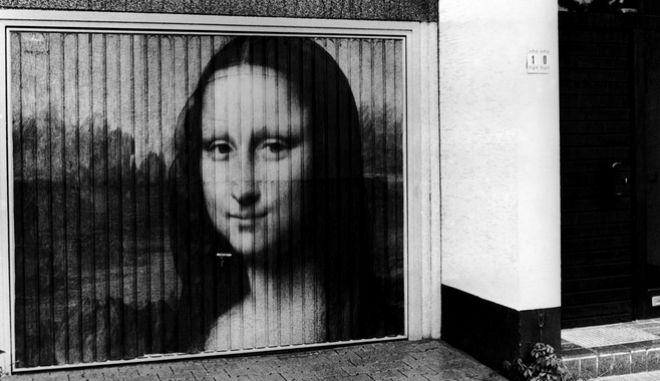 Το αινιγματικό χαμόγελο της Μόνα Λίζα απεικονίζεται εδώ σε ζωγραφιά σε μια γκαραζόπορτα της Γερμανίας