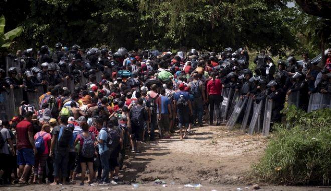 Πλάνο από την πορεία των μεταναστών