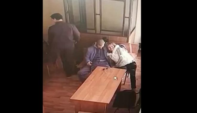 Του έκανε στοματικό έρωτα μέσα στο δικαστήριο όσο περίμενε την απόφαση