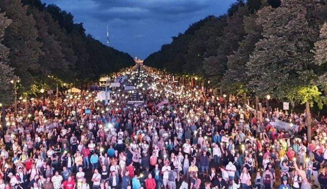 Οι αρνητές του κορονοϊού βγήκαν στους δρόμους σε όλη την Ευρώπη