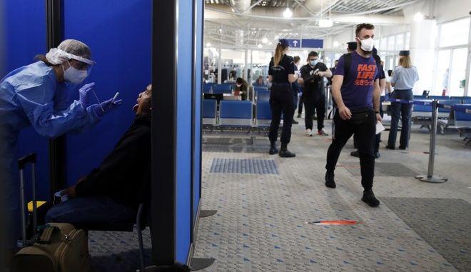 Λήψη δείγματος για έλεγχο κρουσμάτων στο αεροδρόμιο Ελ. Βενιζέλος.