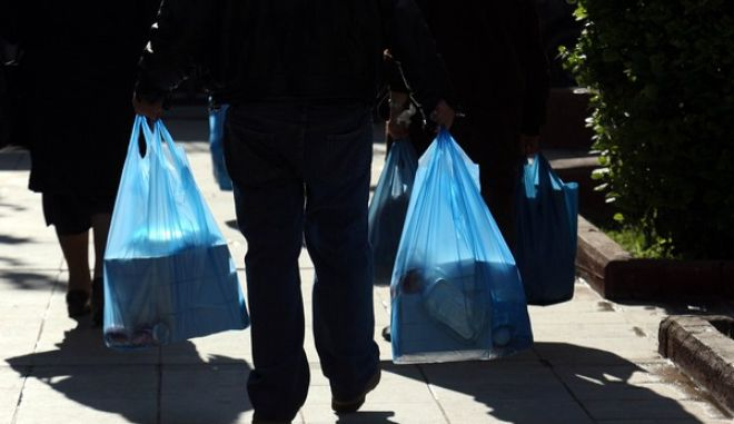 Γεύμα ανήμερα των Χριστουγέννων για τους άστεγους και άπορους συνανθρώπους μας,προσέφερε ο Δήμος Αθηναίων και το 'Ιδρυμα Αστέγων,στον χώρο που βρίσκεται το Κοινωνικό Παντοπωλείο,στην συμβολή των οδών Σοφοκλέους και Πειραιώς(ΤΑΤΙΑΝΑ ΜΠΟΛΑΡΗ/EUROKINISSI)