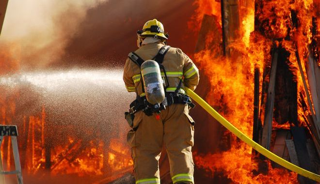 Πυροσβέστης επιχειρεί για την κατάσβεση πυρκαγιάς, Αρχείο