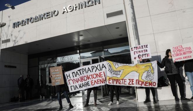 Δίκη για την δολοφονία της φοιτήτριας Ελένης Τοπαλούδη στη Ρόδο στο Μεικτό Ορκωτό Δικαστήριο της Αθήνας, την Τρίτη 28 Ιανουαρίου 2020. Κατηγορούμενοι στη δίκη για ανθρωποκτονία και βιασμό είναι δύο νεαροί, 20 και 21 χρονών.