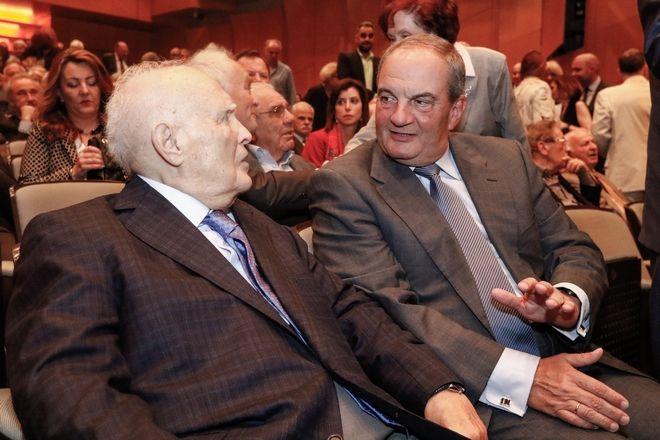 O πρώην πρόεδρος της Δημοκρατίας Κάρολος Παπούλιας και ο πρώην πρωθυπουργός Κώστας Καραμανλής στην παρουσίαση του βιβλίου του Γιάννη Βαρβιτσίωτη με τίτλο