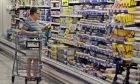 Καταναλωτής στο σούπερ μάρκετ
