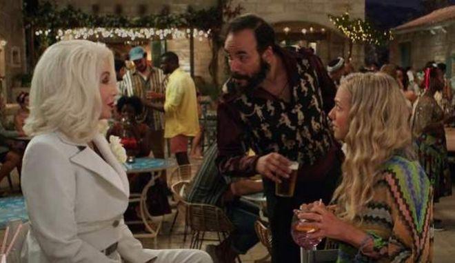 """Έκπληξη στο τρέιλερ του Mamma Mia: Ο Πάνος Μουζουράκης  """"κορτάρει"""" τη Σερ"""