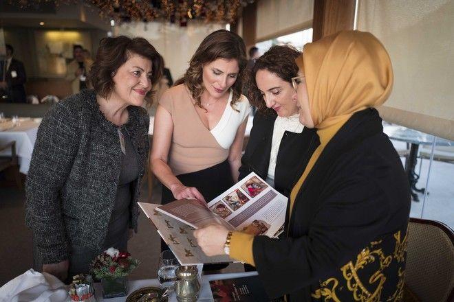 Στιγμιότυπο από την συνάντηση της συζύγου του πρωθυπουργού Αλέξη Τσίπρα Μπέττυ Μπαζιάνα με την σύζυγο του Τούρκου Προέδρου Ρετζέπ Ταγίπ Ερντογάν Εμινέ,στο ξενοδοχείο Μεγ.Βρετάνια, Πέμπτη 7 Δεκεμβρίου 2017 (EUROKINISSI/ΓΡ.ΤΥΠΟΥ ΠΡΩΘΥΠΟΥΡΓΟΥ/Adrea Bonetti)