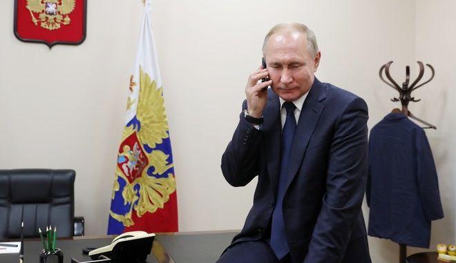 Ο Ρώσος Πρόεδρος Β.Πούτιν μιλάει στο τηλέφωνο