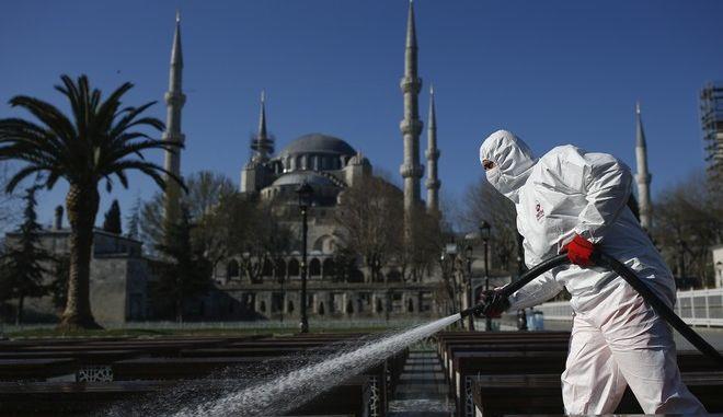 Απολύμανση στον περιβάλλοντα χώρο του Μπλε Τζαμιού στην Κωνσταντινούπολη λόγω κορονοϊού