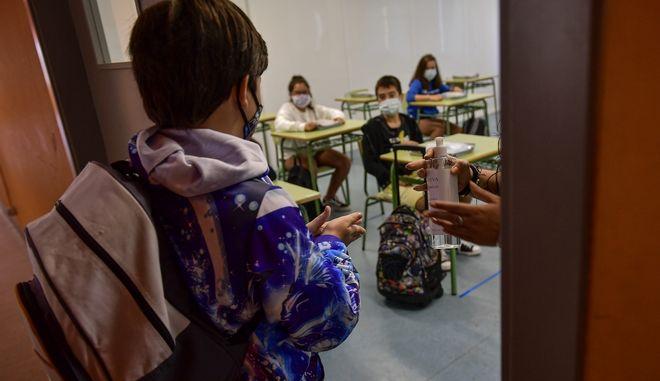 Μαθητές σε σχολείο με μάσκα