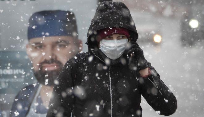 Άνδρας με μάσκα στη Ρωσία