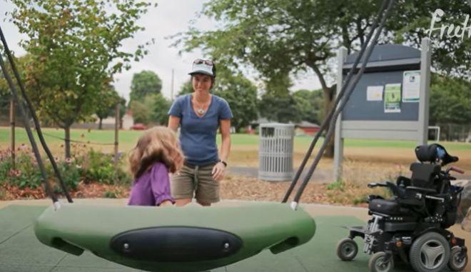Έκανε την τοπική παιδική χαρά προσβάσιμη για την ανάπηρη κόρη του