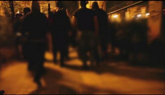 Βίντεο: Αναρχικοί κυνηγούν διακινητές ναρκωτικών στα Εξάρχεια